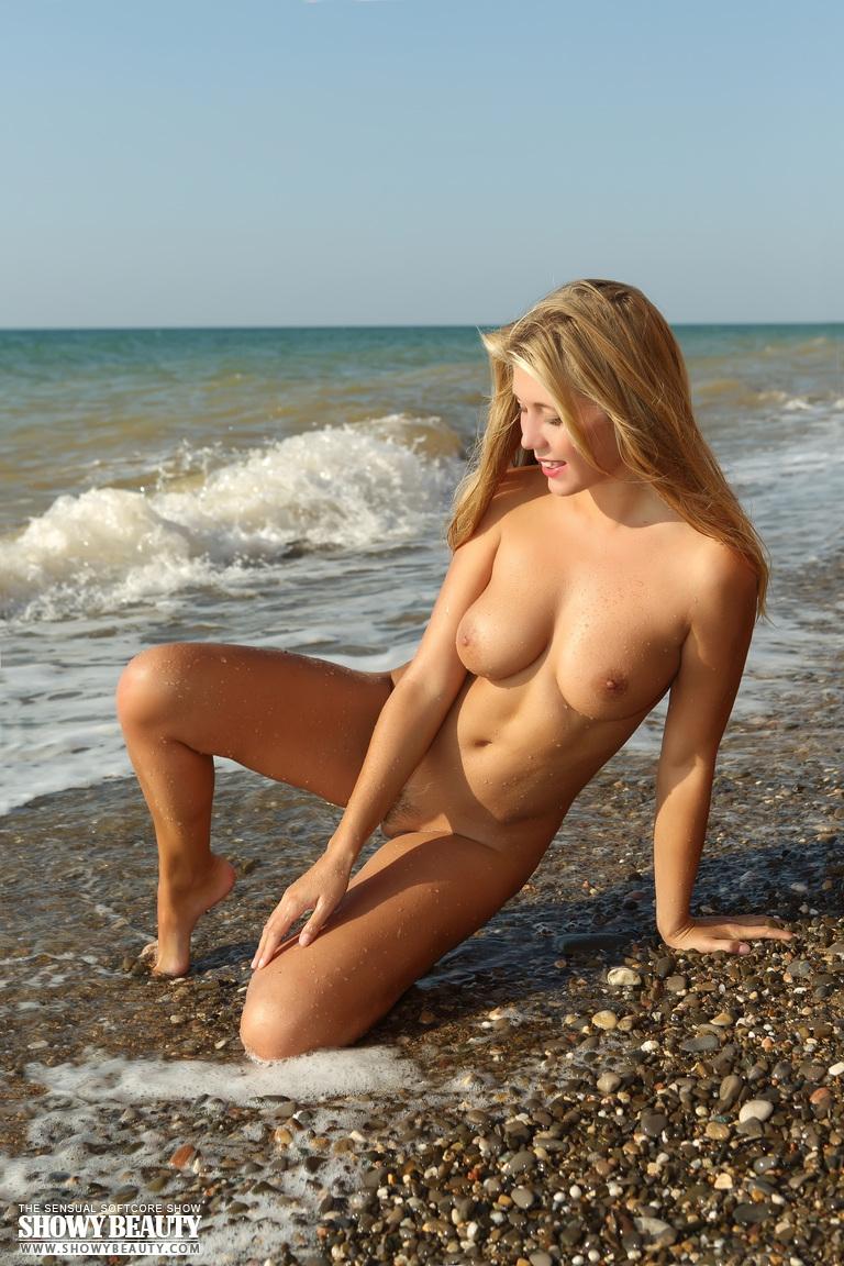 golie-krasotki-na-more