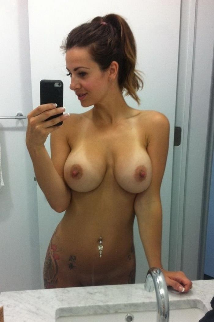 видео фотографирует голую модель порно