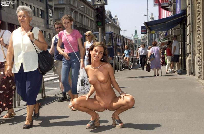Голые в общественных местах видео фото