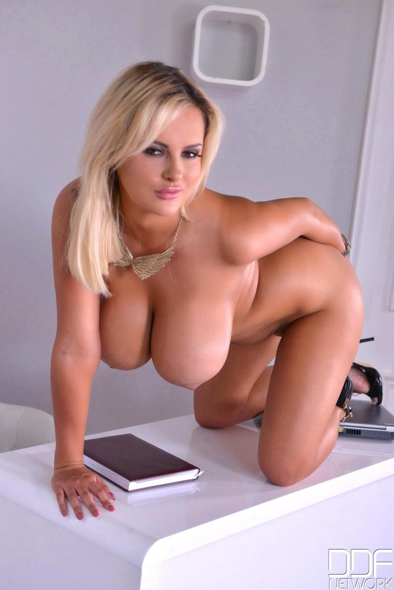 блондинка с большими дойками