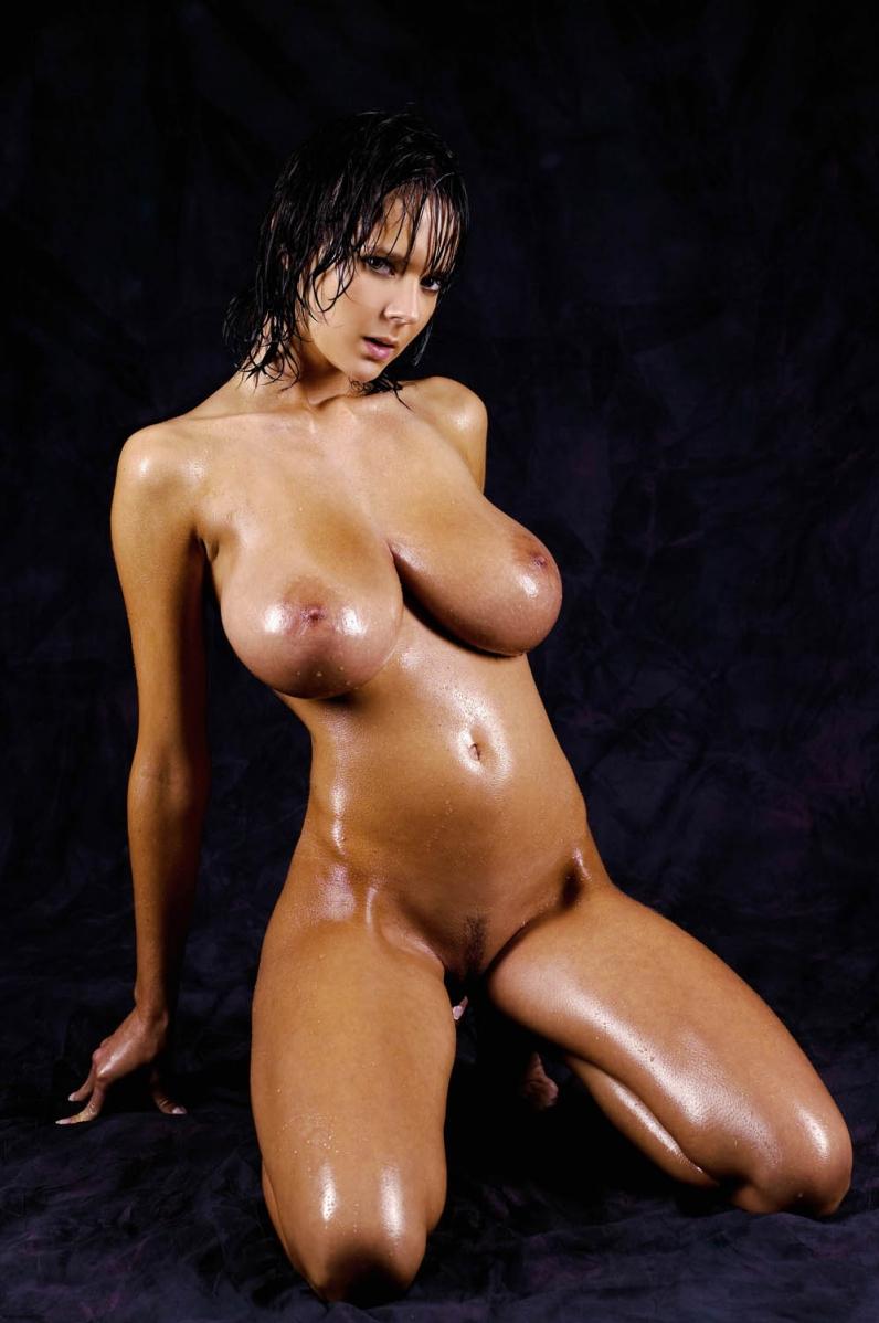 Брюнетка с мокрыми сиськами, присланное групповое домашнее порно видео