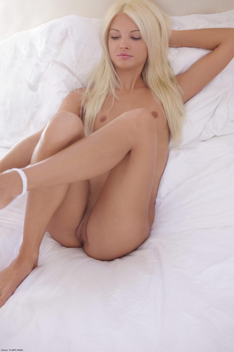 Блондинка голая в постели фото 326-317